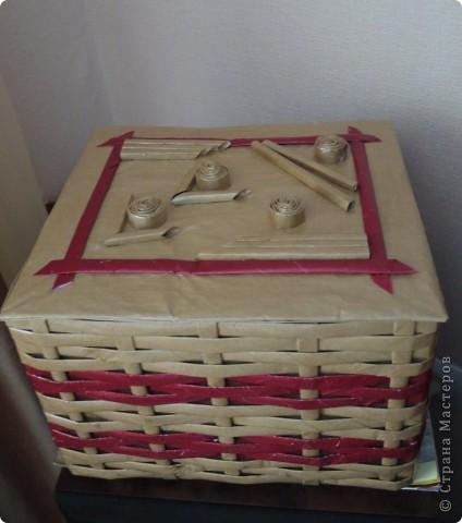 Плетеночка из упаковочной бумаги. Обыкновенную картонную коробочку обтянула бумагой для упаковки подарков. Из этой же бумаги накрутила трубочек и сплела корзинку.  фото 4