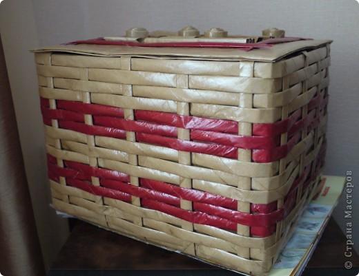 Плетеночка из упаковочной бумаги. Обыкновенную картонную коробочку обтянула бумагой для упаковки подарков. Из этой же бумаги накрутила трубочек и сплела корзинку.  фото 2