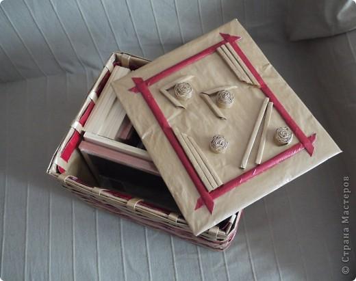Плетеночка из упаковочной бумаги. Обыкновенную картонную коробочку обтянула бумагой для упаковки подарков. Из этой же бумаги накрутила трубочек и сплела корзинку.  фото 1
