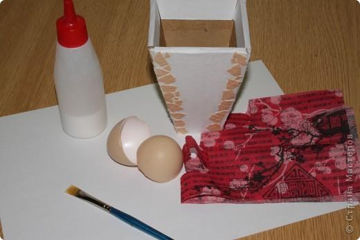 Нам понадобится белая бумага, яичная скорлупа  ,салфетки для декупажа,клей В первую очередь нам нужно обклеить наши вазы белой бумагой эту вазу я обклеила  по краям скорлупой,после того как клей высок я приклеиваю салфетку фото 1