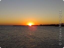 """Очень люблю фотографировать солнышко-свет дающий радость!!! Я так и называю сою подборку- Моя галерея солнца. Однажды мы с подругой сидели и ждали закат солнца на море, ужасно замерзли, был не очень теплый сентябрьский вечер, но зато как мы были вознаграждены. Когда я увидела это фото, я прыгала и кричала: """"Лариса, смотри это же солнечная девочка!"""" фото 9"""