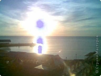 """Очень люблю фотографировать солнышко-свет дающий радость!!! Я так и называю сою подборку- Моя галерея солнца. Однажды мы с подругой сидели и ждали закат солнца на море, ужасно замерзли, был не очень теплый сентябрьский вечер, но зато как мы были вознаграждены. Когда я увидела это фото, я прыгала и кричала: """"Лариса, смотри это же солнечная девочка!"""" фото 1"""