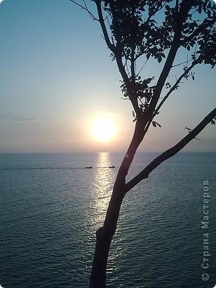 """Очень люблю фотографировать солнышко-свет дающий радость!!! Я так и называю сою подборку- Моя галерея солнца. Однажды мы с подругой сидели и ждали закат солнца на море, ужасно замерзли, был не очень теплый сентябрьский вечер, но зато как мы были вознаграждены. Когда я увидела это фото, я прыгала и кричала: """"Лариса, смотри это же солнечная девочка!"""" фото 6"""