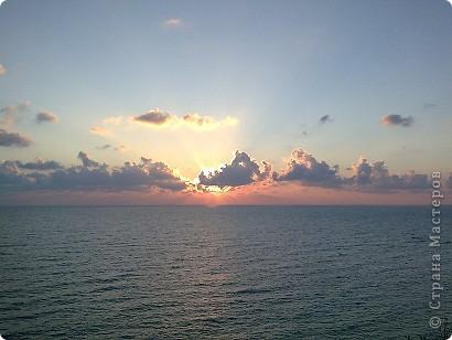 """Очень люблю фотографировать солнышко-свет дающий радость!!! Я так и называю сою подборку- Моя галерея солнца. Однажды мы с подругой сидели и ждали закат солнца на море, ужасно замерзли, был не очень теплый сентябрьский вечер, но зато как мы были вознаграждены. Когда я увидела это фото, я прыгала и кричала: """"Лариса, смотри это же солнечная девочка!"""" фото 7"""