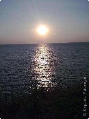 """Очень люблю фотографировать солнышко-свет дающий радость!!! Я так и называю сою подборку- Моя галерея солнца. Однажды мы с подругой сидели и ждали закат солнца на море, ужасно замерзли, был не очень теплый сентябрьский вечер, но зато как мы были вознаграждены. Когда я увидела это фото, я прыгала и кричала: """"Лариса, смотри это же солнечная девочка!"""" фото 3"""