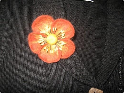 скромный цветочек- брошка (валяние на каркасе) фото 2