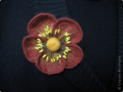 скромный цветочек- брошка (валяние на каркасе) фото 3
