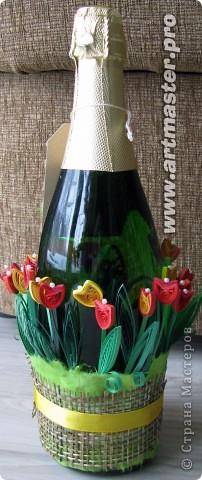 Продолжаю эксплуатировать тему тюльпанов. Фон бутылки сначала хотела покрасить, но потом увидела, как красиво отражаются в стекле цветочки и просвечивают через него,и решила оставить так... фото 4
