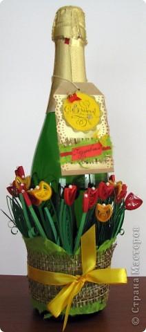 Продолжаю эксплуатировать тему тюльпанов. Фон бутылки сначала хотела покрасить, но потом увидела, как красиво отражаются в стекле цветочки и просвечивают через него,и решила оставить так... фото 2
