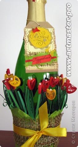Продолжаю эксплуатировать тему тюльпанов. Фон бутылки сначала хотела покрасить, но потом увидела, как красиво отражаются в стекле цветочки и просвечивают через него,и решила оставить так... фото 1