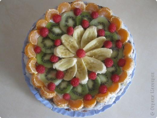 В этот раз я украсила его фруктами(малинка из морозилки) фото 2