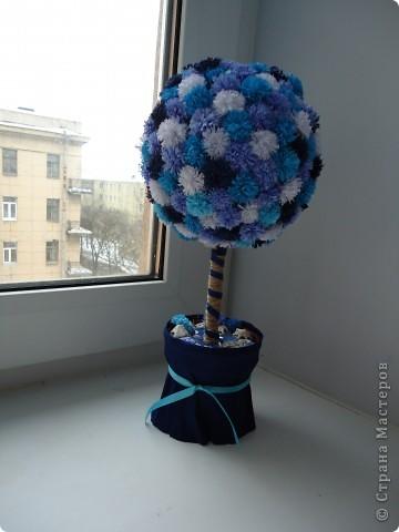 Это моё первое дерево. Насмотревшись в СМ чудесных деревьев, очень захотелось своё. В процессе работы поняла свои ошибки, цветочки расположены беспорядочно,не все одинакового размера, не судите строго, в следующий раз учту недочёты, так как хочется сделать ещё дерево и себе, это было в подарок. фото 2