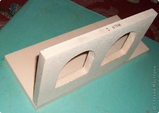 Вот еще такой маленький домик удалось смастерить в детский садик. Основной материал - это пенополистирол. фото 5