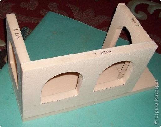 Вот еще такой маленький домик удалось смастерить в детский садик. Основной материал - это пенополистирол. фото 8