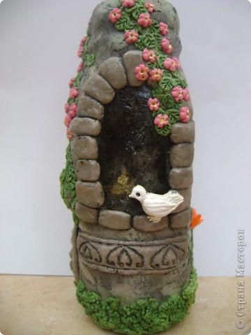 каменный вазон с растением, и ветка цвтущего шиповника фото 2