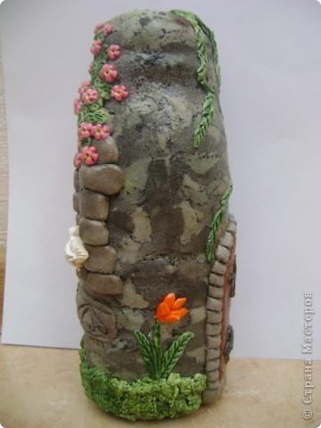 каменный вазон с растением, и ветка цвтущего шиповника фото 3