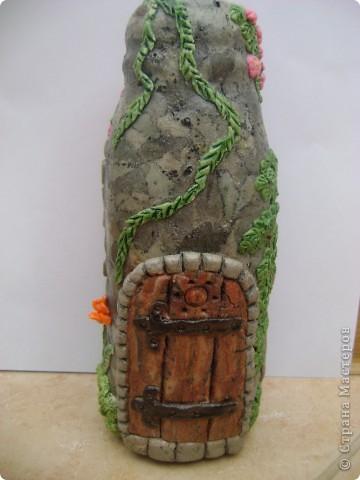 каменный вазон с растением, и ветка цвтущего шиповника фото 5