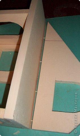 Вот еще такой маленький домик удалось смастерить в детский садик. Основной материал - это пенополистирол. фото 10