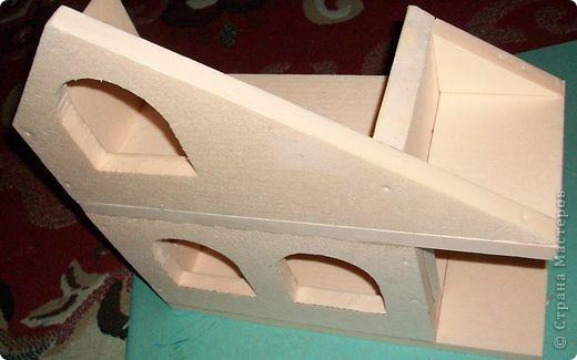 Вот еще такой маленький домик удалось смастерить в детский садик. Основной материал - это пенополистирол. фото 11