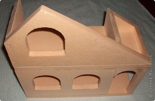 Вот еще такой маленький домик удалось смастерить в детский садик. Основной материал - это пенополистирол. фото 12