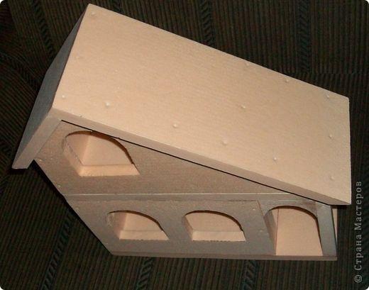 Вот еще такой маленький домик удалось смастерить в детский садик. Основной материал - это пенополистирол. фото 14