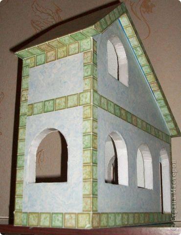 Вот еще такой маленький домик удалось смастерить в детский садик. Основной материал - это пенополистирол. фото 27