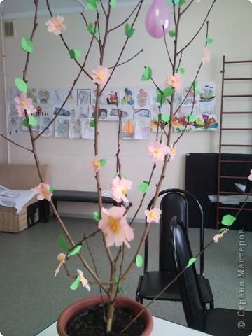 Наше деревце отлично вписалось в интерьер и занимало почётное место на утреннике, посвященному Дню 8 марта! фото 12