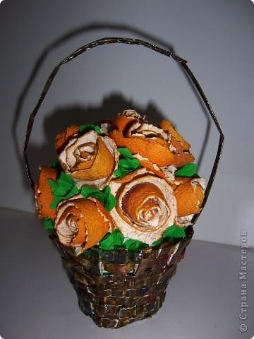 Корзина сплетена из журнальных листов, а розы - корки мандарина.