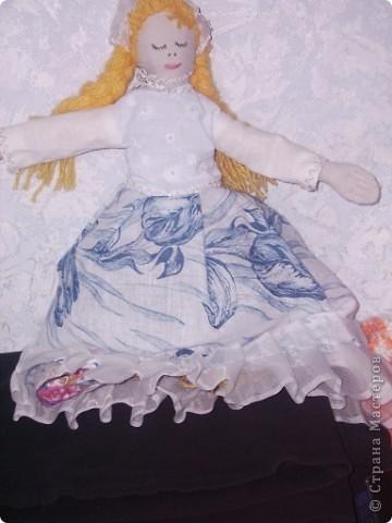 Давно собиралась ее сшить. Книгу купила только из- за нее и 4 года она лежала, а тут собралась силом и духом и сшила на одном дыхании. Сильно строго не судите, шила  куклу впервые. фото 4
