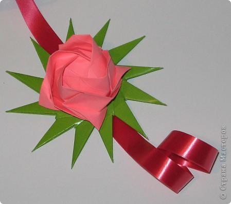 Всем привет! Пришла весна и мы начинаем задумываться, что подарить своим мамам, подругам, сотрудницам на 8 Марта. Я с подарком уже определилась. Возможно, кому-то эта кусудама придется по душе и вы захотите сделать такую.  Итак, ОБЕЩАННЫЕ ССЫЛКИ: Желтые крупные цветы + красные серединки:  http://stranamasterov.ru/node/59890?c=favorite  Для одного такого цветка я делала 2 желтых, вставляла один в один, и в серединку помещала красный модуль.  Красно-розовые цветы:  http://stranamasterov.ru/node/53305?c=favorite http://stranamasterov.ru/node/46600?c=favorite  Для одного такого цветка я делала красный колокольчик по первой ссылке и вставляла в него составной цветочек Fiore из второй ссылки.  Роза Кавасаки: http://www.youtube.com/watch?v=pLubZ94jy1E&feature=fvwrel  фото 9