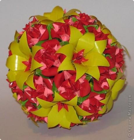 Всем привет! Пришла весна и мы начинаем задумываться, что подарить своим мамам, подругам, сотрудницам на 8 Марта. Я с подарком уже определилась. Возможно, кому-то эта кусудама придется по душе и вы захотите сделать такую.  Итак, ОБЕЩАННЫЕ ССЫЛКИ: Желтые крупные цветы + красные серединки:  http://stranamasterov.ru/node/59890?c=favorite  Для одного такого цветка я делала 2 желтых, вставляла один в один, и в серединку помещала красный модуль.  Красно-розовые цветы:  http://stranamasterov.ru/node/53305?c=favorite http://stranamasterov.ru/node/46600?c=favorite  Для одного такого цветка я делала красный колокольчик по первой ссылке и вставляла в него составной цветочек Fiore из второй ссылки.  Роза Кавасаки: http://www.youtube.com/watch?v=pLubZ94jy1E&feature=fvwrel  фото 1