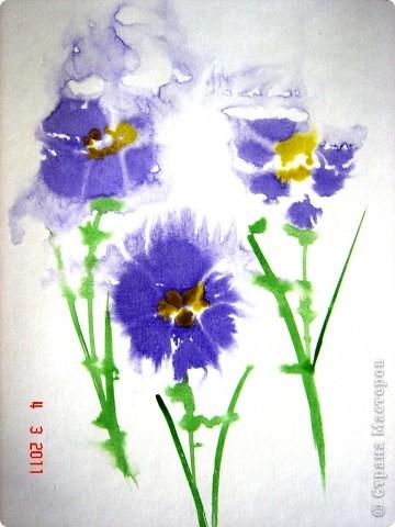 """Я открыла для себя и для детей живопись по мокрому! В этой технике ТАК приятно рисовать вот такие пейзажи и цветочки (см. далее). Работали мы так... ПЕЙЗАЖ На верхнюю часть листа мы наносили полоску воды, а затем на это же место - акварель (голубую, синюю, фиолетовую). Затем ставили лист на нижнее ребро и краска стекала, оставляя такие вот разводы. Таким же образом вырастал и лес, и его отражение в воде... """"Оставшиеся с осени"""" колосья мы рисовали примакиванием кисти (детям очень нравится этот прием). Вообще детям нравится играть с растекающейся краской. Они с удовольствием размышляют, какое время года получается на картине (это, кстати, во многом зависит от неба - мутное или чистое...) фото 2"""