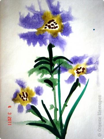 """Я открыла для себя и для детей живопись по мокрому! В этой технике ТАК приятно рисовать вот такие пейзажи и цветочки (см. далее). Работали мы так... ПЕЙЗАЖ На верхнюю часть листа мы наносили полоску воды, а затем на это же место - акварель (голубую, синюю, фиолетовую). Затем ставили лист на нижнее ребро и краска стекала, оставляя такие вот разводы. Таким же образом вырастал и лес, и его отражение в воде... """"Оставшиеся с осени"""" колосья мы рисовали примакиванием кисти (детям очень нравится этот прием). Вообще детям нравится играть с растекающейся краской. Они с удовольствием размышляют, какое время года получается на картине (это, кстати, во многом зависит от неба - мутное или чистое...) фото 4"""