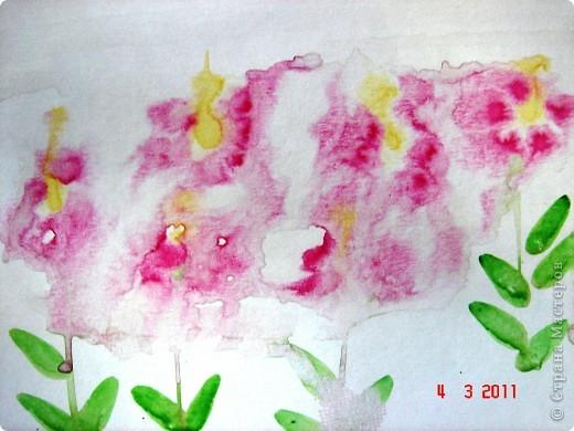 """Я открыла для себя и для детей живопись по мокрому! В этой технике ТАК приятно рисовать вот такие пейзажи и цветочки (см. далее). Работали мы так... ПЕЙЗАЖ На верхнюю часть листа мы наносили полоску воды, а затем на это же место - акварель (голубую, синюю, фиолетовую). Затем ставили лист на нижнее ребро и краска стекала, оставляя такие вот разводы. Таким же образом вырастал и лес, и его отражение в воде... """"Оставшиеся с осени"""" колосья мы рисовали примакиванием кисти (детям очень нравится этот прием). Вообще детям нравится играть с растекающейся краской. Они с удовольствием размышляют, какое время года получается на картине (это, кстати, во многом зависит от неба - мутное или чистое...) фото 3"""