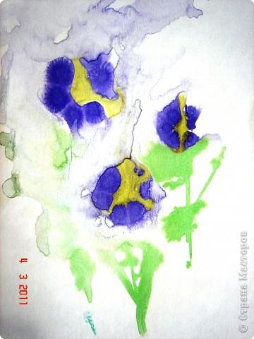 """Я открыла для себя и для детей живопись по мокрому! В этой технике ТАК приятно рисовать вот такие пейзажи и цветочки (см. далее). Работали мы так... ПЕЙЗАЖ На верхнюю часть листа мы наносили полоску воды, а затем на это же место - акварель (голубую, синюю, фиолетовую). Затем ставили лист на нижнее ребро и краска стекала, оставляя такие вот разводы. Таким же образом вырастал и лес, и его отражение в воде... """"Оставшиеся с осени"""" колосья мы рисовали примакиванием кисти (детям очень нравится этот прием). Вообще детям нравится играть с растекающейся краской. Они с удовольствием размышляют, какое время года получается на картине (это, кстати, во многом зависит от неба - мутное или чистое...) фото 5"""