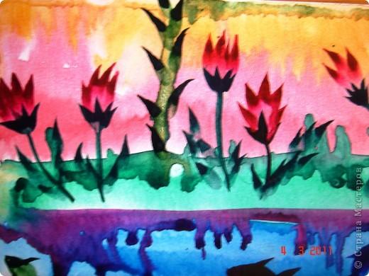 """Я открыла для себя и для детей живопись по мокрому! В этой технике ТАК приятно рисовать вот такие пейзажи и цветочки (см. далее). Работали мы так... ПЕЙЗАЖ На верхнюю часть листа мы наносили полоску воды, а затем на это же место - акварель (голубую, синюю, фиолетовую). Затем ставили лист на нижнее ребро и краска стекала, оставляя такие вот разводы. Таким же образом вырастал и лес, и его отражение в воде... """"Оставшиеся с осени"""" колосья мы рисовали примакиванием кисти (детям очень нравится этот прием). Вообще детям нравится играть с растекающейся краской. Они с удовольствием размышляют, какое время года получается на картине (это, кстати, во многом зависит от неба - мутное или чистое...) фото 8"""