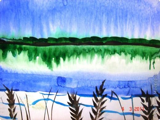 """Я открыла для себя и для детей живопись по мокрому! В этой технике ТАК приятно рисовать вот такие пейзажи и цветочки (см. далее). Работали мы так... ПЕЙЗАЖ На верхнюю часть листа мы наносили полоску воды, а затем на это же место - акварель (голубую, синюю, фиолетовую). Затем ставили лист на нижнее ребро и краска стекала, оставляя такие вот разводы. Таким же образом вырастал и лес, и его отражение в воде... """"Оставшиеся с осени"""" колосья мы рисовали примакиванием кисти (детям очень нравится этот прием). Вообще детям нравится играть с растекающейся краской. Они с удовольствием размышляют, какое время года получается на картине (это, кстати, во многом зависит от неба - мутное или чистое...) фото 1"""