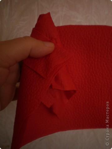 Нужны: 2 салфетки белого цвета 13см./13см., 2 красного цвета/можно 3/ 17 см./17 см., 1 зеленого цвета 13/13, клей фото 6