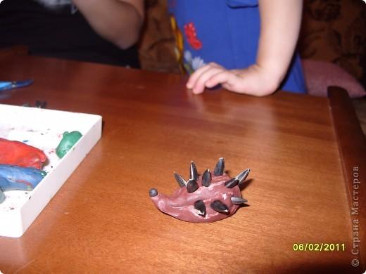 Ёжик из пластилина и семечек. Ребёнок 3-х лет слепил ёжика, а затем самостоятельно прикрепил иголки из семечек. фото 3