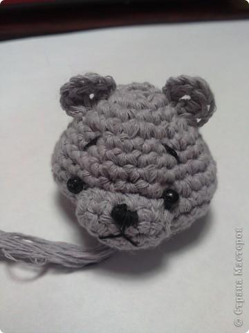 В одном журнале увидела маленького мишку. Попробовала сделать, вернее связать.  Предлагаю  вам мастер-класс, может кому пригодиться. Вам понадобиться крючок, нитки, две бусины для глаз. фото 6