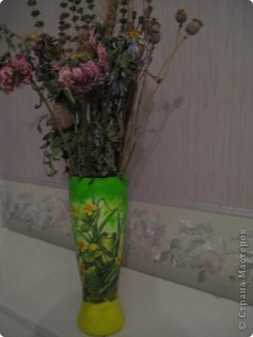 Жил был у меня в доме бокальчик. Жил себе тихонечко,так как был совсем непримечательный. Но вот одного солнечного дня я решила его преобразить . Использую его теперь как вазочку для  сухих цветочков. Ну как Вам,впечатляет?