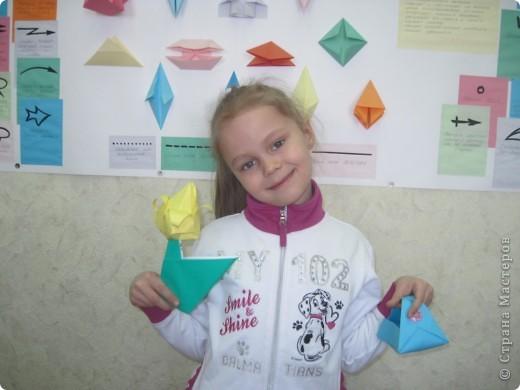 Сегодня в канун 8-го марта с детками конструировали корзиночки для конфет и тюльпаны. Успела сфотографировать только Ксюшу с её работами. Девчушка очень увлечённая оригами! Она у нас в ЦДТ и поёт, и танцует, и любит складывать из бумаги модели оригами! А ещё Ксюша живёт у бабушки в Енисейске, а её родители - в Питере и Ксюша передаёт им привет!!! фото 2