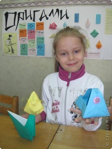 Сегодня в канун 8-го марта с детками конструировали корзиночки для конфет и тюльпаны. Успела сфотографировать только Ксюшу с её работами. Девчушка очень увлечённая оригами! Она у нас в ЦДТ и поёт, и танцует, и любит складывать из бумаги модели оригами! А ещё Ксюша живёт у бабушки в Енисейске, а её родители - в Питере и Ксюша передаёт им привет!!! фото 1