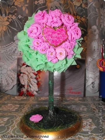 """Мои деревца. Первое сторцевалось это,классическое розовое!  Шарик из туалетной бумаги, смоченной водой, клея ПВА, в общем из того что было под руками! потом сверху гофробумагой зеленой, и уже сверху розочки и зелень.  Стволик из бамбуковых шампуриков,"""" покрашенных """" гипсом, оказывается ,гипс при покраске сламывается прямо под кисточкой,и такая красивая деревянная структура мне не удалась, но учитывая что это первые деревца, мне понравилось, и опыт хороший)). Подставочка-тоже гипс в пластиковой обычной тарелочке, поле застывания перевернула, и низ зашкурила. завтра буду клеить на низ тканюшку , чтоб вид был поэстетичней))).  покрасила краской, бочкА у подставки задуты золотым спреем из баллончика, по краю декор зеленым сизалем. остальные по тому же принципу, разница в декоре. фото 3"""