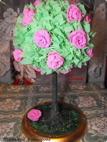 """Мои деревца. Первое сторцевалось это,классическое розовое!  Шарик из туалетной бумаги, смоченной водой, клея ПВА, в общем из того что было под руками! потом сверху гофробумагой зеленой, и уже сверху розочки и зелень.  Стволик из бамбуковых шампуриков,"""" покрашенных """" гипсом, оказывается ,гипс при покраске сламывается прямо под кисточкой,и такая красивая деревянная структура мне не удалась, но учитывая что это первые деревца, мне понравилось, и опыт хороший)). Подставочка-тоже гипс в пластиковой обычной тарелочке, поле застывания перевернула, и низ зашкурила. завтра буду клеить на низ тканюшку , чтоб вид был поэстетичней))).  покрасила краской, бочкА у подставки задуты золотым спреем из баллончика, по краю декор зеленым сизалем. остальные по тому же принципу, разница в декоре. фото 1"""