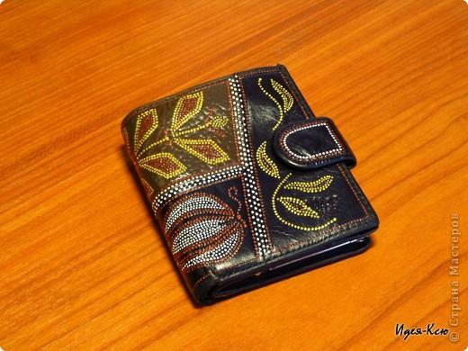 У меня был старенький кошелек (он маленького размера и подходит для маленьких сумочек, а потому я его использую наряду с основным). Вид был у него уж больно неказистый.. вот что получилось в результате. фото 1