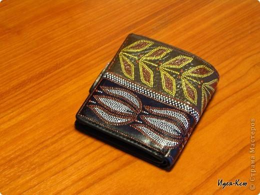 У меня был старенький кошелек (он маленького размера и подходит для маленьких сумочек, а потому я его использую наряду с основным). Вид был у него уж больно неказистый.. вот что получилось в результате. фото 2