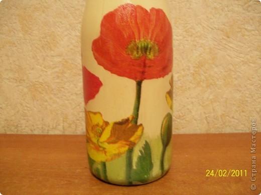 Подруга очень любит тюльпаны.Вот такие салфеточные на бутылке пойдут в подарок. фото 5