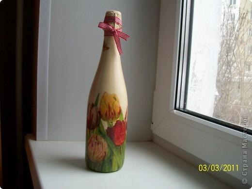 Подруга очень любит тюльпаны.Вот такие салфеточные на бутылке пойдут в подарок. фото 1