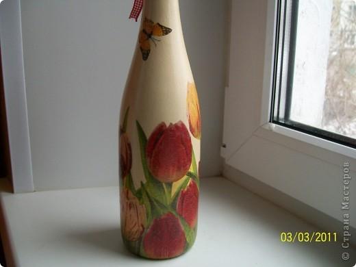 Подруга очень любит тюльпаны.Вот такие салфеточные на бутылке пойдут в подарок. фото 2